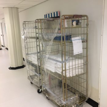 ziekenhuiskar met plastic afdekhoes